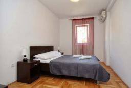 Спальня. Рафаиловичи, Черногория, Рафаиловичи : Апартамент в 100 метрах от пляжа, с гостиной, тремя спальнями, двумя ванными комнатами и балконом с видом на море