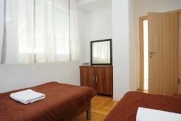 Спальня 3. Рафаиловичи, Черногория, Рафаиловичи : Апартамент в 100 метрах от пляжа, с гостиной, тремя спальнями, двумя ванными комнатами и балконом с видом на море