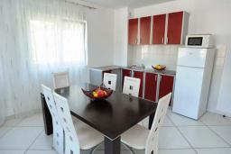 Кухня. Рафаиловичи, Черногория, Рафаиловичи : Апартамент в 100 метрах от пляжа, с гостиной, тремя спальнями, двумя ванными комнатами и балконом с видом на море
