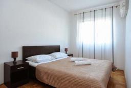 Спальня 2. Рафаиловичи, Черногория, Рафаиловичи : Апартамент в 100 метрах от пляжа, с гостиной, тремя спальнями, двумя ванными комнатами и балконом с видом на море