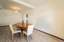 Обеденная зона. Будванская ривьера, Черногория, Будва : Апартамент с большой гостиной, 6 спальнями, 4 ванными комнатами и балконом
