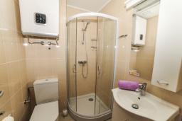 Ванная комната. Будванская ривьера, Черногория, Будва : Апартамент с большой гостиной, 6 спальнями, 4 ванными комнатами и балконом