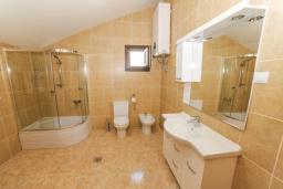 Ванная комната 2. Будванская ривьера, Черногория, Будва : Апартамент с большой гостиной, 6 спальнями, 4 ванными комнатами и балконом