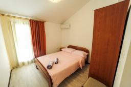 Спальня. Будванская ривьера, Черногория, Будва : Апартамент с большой гостиной, 6 спальнями, 4 ванными комнатами и балконом