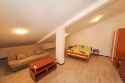 Спальня 2. Будванская ривьера, Черногория, Будва : Апартамент с большой гостиной, 6 спальнями, 4 ванными комнатами и балконом