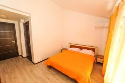 Спальня 3. Будванская ривьера, Черногория, Будва : Апартамент с большой гостиной, 6 спальнями, 4 ванными комнатами и балконом