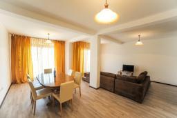 Гостиная. Будванская ривьера, Черногория, Будва : Апартамент с большой гостиной, 6 спальнями, 4 ванными комнатами и балконом