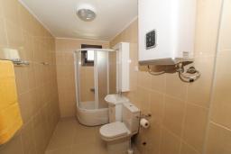 Ванная комната 3. Будванская ривьера, Черногория, Будва : Апартамент с большой гостиной, 6 спальнями, 4 ванными комнатами и балконом