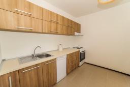 Кухня. Будванская ривьера, Черногория, Будва : Апартамент с большой гостиной, 6 спальнями, 4 ванными комнатами и балконом