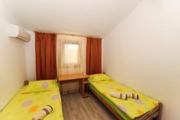 Спальня 4. Будванская ривьера, Черногория, Будва : Апартамент с большой гостиной, 6 спальнями, 4 ванными комнатами и балконом