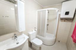 Ванная комната 4. Будванская ривьера, Черногория, Будва : Апартамент с большой гостиной, 6 спальнями, 4 ванными комнатами и балконом