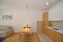 Кухня. Боко-Которская бухта, Черногория, Котор : Апартамент в 20 метрах от пляжа, с гостиной, отдельной спальней и террасой