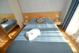 Спальня. Боко-Которская бухта, Черногория, Котор : Апартамент в 20 метрах от пляжа, с гостиной, отдельной спальней и террасой
