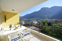 Балкон. Боко-Которская бухта, Черногория, Котор : Апартамент в 20 метрах от пляжа c балконом и видом на море, с гостиной, 2-мя спальнями и 2-мя ванными комнатами