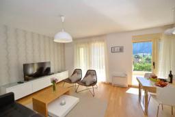 Гостиная. Боко-Которская бухта, Черногория, Котор : Апартамент в 20 метрах от пляжа c балконом и видом на море, с гостиной, 2-мя спальнями и 2-мя ванными комнатами