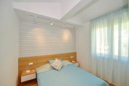 Спальня 2. Боко-Которская бухта, Черногория, Котор : Апартамент в 20 метрах от пляжа c балконом и видом на море, с гостиной, 2-мя спальнями и 2-мя ванными комнатами