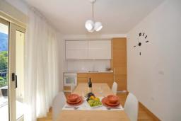 Кухня. Боко-Которская бухта, Черногория, Котор : Апартамент в 20 метрах от пляжа c балконом и видом на море, с гостиной, 2-мя спальнями и 2-мя ванными комнатами
