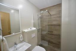 Ванная комната. Боко-Которская бухта, Черногория, Котор : Апартамент в 20 метрах от пляжа c балконом и видом на море, с гостиной, 2-мя спальнями и 2-мя ванными комнатами