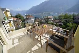 Балкон. Боко-Которская бухта, Черногория, Котор : Апартамент в 20 метрах от пляжа c балконом и видом на море, с гостиной, 3-мя спальнями и 2-мя ванными комнатами