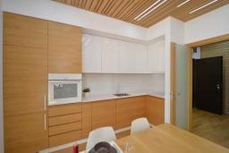 Кухня. Боко-Которская бухта, Черногория, Котор : Апартамент в 20 метрах от пляжа c балконом и видом на море, с гостиной, 3-мя спальнями и 2-мя ванными комнатами