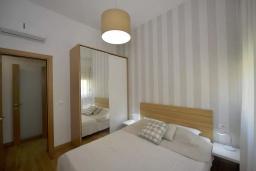 Спальня. Боко-Которская бухта, Черногория, Котор : Апартамент в 20 метрах от пляжа c балконом и видом на море, с гостиной, 3-мя спальнями и 2-мя ванными комнатами