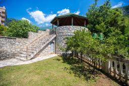Территория. Будванская ривьера, Черногория, Будва : Двухэтажный дом с зеленым двориком, гостиная, 3 спальни, 2 ванные комнаты, парковка