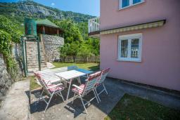Терраса. Будванская ривьера, Черногория, Будва : Двухэтажный дом с зеленым двориком, гостиная, 3 спальни, 2 ванные комнаты, парковка