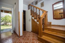 Лестница наверх. Будванская ривьера, Черногория, Будва : Двухэтажный дом с зеленым двориком, гостиная, 3 спальни, 2 ванные комнаты, парковка