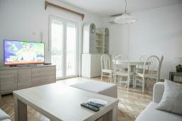 Гостиная. Будванская ривьера, Черногория, Будва : Двухэтажный дом с зеленым двориком, гостиная, 3 спальни, 2 ванные комнаты, парковка