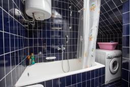 Ванная комната. Будванская ривьера, Черногория, Будва : Двухэтажный дом с зеленым двориком, гостиная, 3 спальни, 2 ванные комнаты, парковка