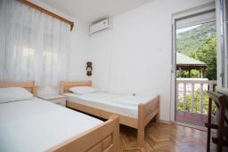Спальня. Будванская ривьера, Черногория, Будва : Двухэтажный дом с зеленым двориком, гостиная, 3 спальни, 2 ванные комнаты, парковка