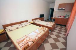 Студия (гостиная+кухня). Бечичи, Черногория, Бечичи : Трехместная студия с боковым видом на море (№6 Studio 02+1 SS)
