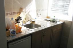 Кухня. Будванская ривьера, Черногория, Петровац : Апартамент в 10 метрах от пляжа Петроваца