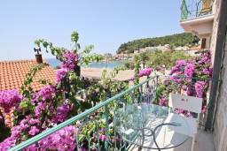 Балкон. Будванская ривьера, Черногория, Петровац : Люкс апартамент для 4-5 человек, в Петроваце, с двумя отдельными спальнями, с балконом с видом на море, возле пляжа