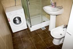 Ванная комната. Будванская ривьера, Черногория, Петровац : Апартаменты с отдельной спальней, с балконом