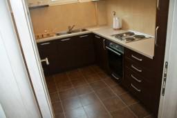 Кухня. Будванская ривьера, Черногория, Петровац : Апартаменты с отдельной спальней, с балконом