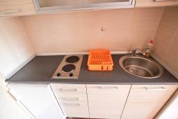 Кухня. Будванская ривьера, Черногория, Петровац : Студия для 2-3 человек, с балконом