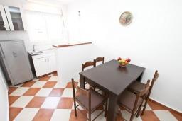 Кухня. Будванская ривьера, Черногория, Петровац : Апартаменты на 5 персон, 2 спальни, с видом на море
