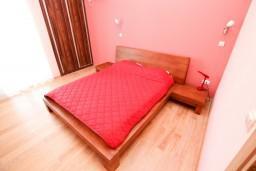 Спальня 2. Будванская ривьера, Черногория, Петровац : Двухэтажный люкс апартамент на 6 персон, 3 спальни, 2 ванные комнаты, с большой террасой с шикарным видом на море, 30 метров от пляжа