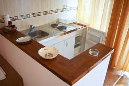 Кухня. Будванская ривьера, Черногория, Петровац : Апартамент с балконом в 250 метрах от моря