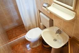 Ванная комната. Будванская ривьера, Черногория, Петровац : Апартамент с балконом в 250 метрах от моря
