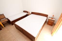 Спальня. Будванская ривьера, Черногория, Петровац : Апартаменты на 6-8 человек, 2 спальни, 2 балкона