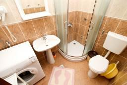 Ванная комната. Будванская ривьера, Черногория, Петровац : Апартаменты на 6-8 человек, 2 спальни, 2 балкона