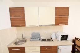 Кухня. Будванская ривьера, Черногория, Петровац : Апартамент на втором этаже с балконом