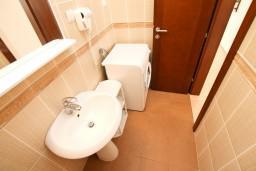 Ванная комната. Будванская ривьера, Черногория, Петровац : Апартамент на втором этаже с балконом