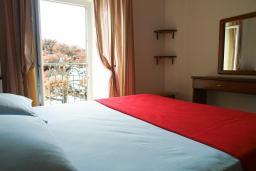Спальня. Будванская ривьера, Черногория, Петровац : Апартамент с видом на море, 10 метров от пляжа