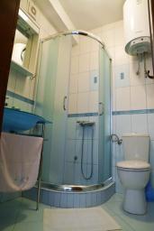 Ванная комната. Будванская ривьера, Черногория, Петровац : Апартамент с видом на море, 10 метров от пляжа