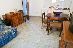 Гостиная. Будванская ривьера, Черногория, Петровац : Апартамент на втором этаже, 10 метров от пляжа