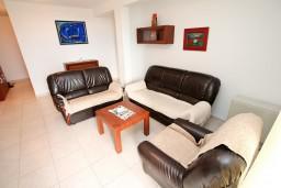 Гостиная. Будванская ривьера, Черногория, Петровац : Апартамент с 3 спальнями с видом на море