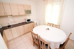 Кухня. Будванская ривьера, Черногория, Петровац : Апартамент с 3 спальнями с видом на море